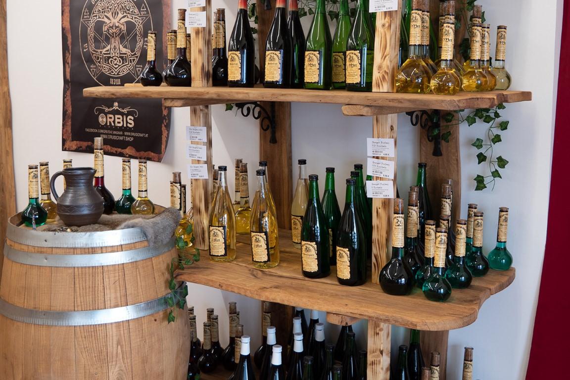 Weinregal im Mittelaltermarkt